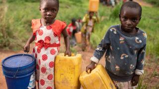 Každé páté dítě nemá dostatek pitné vody